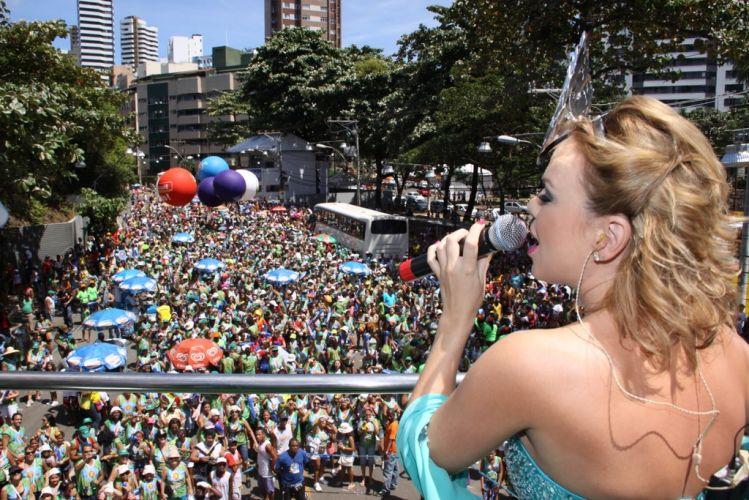 Crianças e seus familiares acompanham o desfile de Eliana no bloco Happy pelo Barra-Ondina, no terceiro dia de folia em Salvador (05/03/2011)
