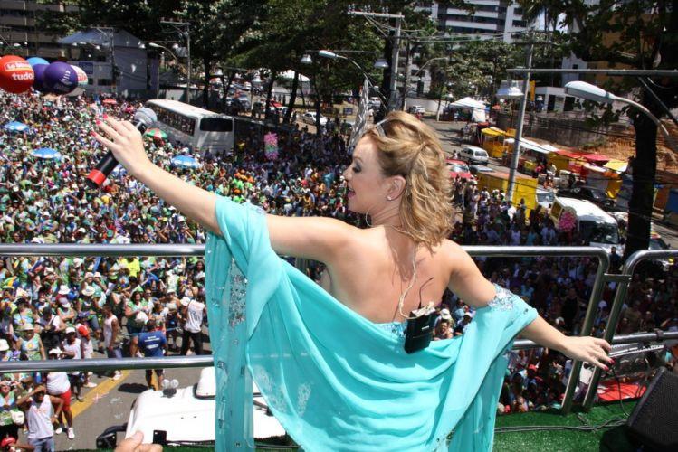 Eliana agita os foliões mirins e seus pais sobre o bloco Happy no início do terceiro dia de Carnaval de Salvador (05/03/2011)