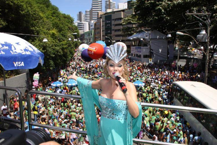 Grávida de seu primeiro filho, Eliana cantou para uma multidão à frente do bloco infantil Happy, no Barra-Ondina (05/03/2011)