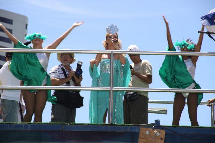 Eliana foi acompanhada por dançarinas em sua apresentação sobre o bloco Happy, pelo Barra-Ondina, no terceiro dia do Carnaval de Salvador (05/03/2011)