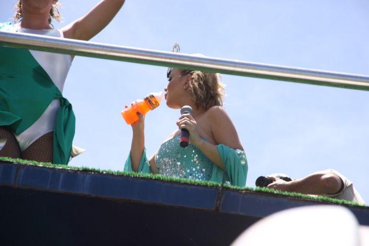 Eliana dá uma pausa para se hidratar durante o desfile do bloco Happy, no circuito Barra-Ondina, na manhã do terceiro dia do Carnaval de Salvador (05/03/2011)