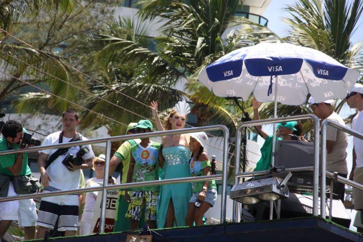 Eliana recebe crianças em cima do bloco Happy, voltado para o público infantil, na abertura do terceiro dia do Carnaval de Salvador (05/03/2011)