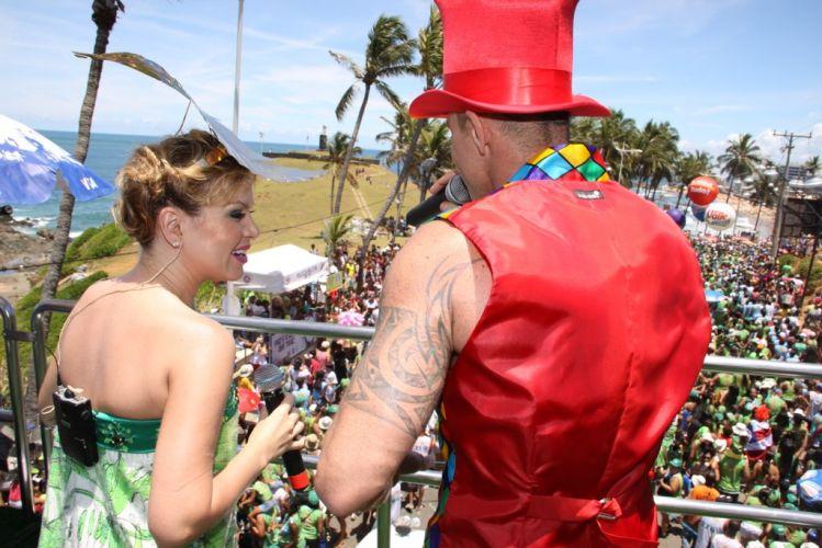 Eliana e Netinho cantam para a multidão que acompanhava o bloco Happy, pelo Barra-Ondina, no terceiro dia da folia baiana (05/03/2011)