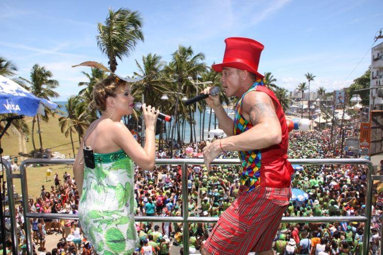 Eliana usou dois vestidos tomara-que-caia da Neon, enquanto Netinho escolheu figurino colorido, composto por colete e bermuda (05/03/2011)