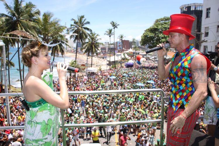 Eliana recebeu o cantor Netinho no bloco infantil Happy, que abriu a programação do circuito Barra-Ondina no terceiro dia do Carnaval de Salvador (05/03/2011)