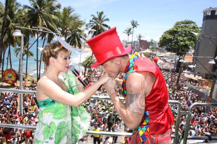 Eliana ganha beijo de Netinho, seu convidado especial no bloco infantil Happy, que desfilou no início do terceiro dia do Carnaval de Salvador (05/03/2011)