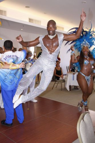 Passista da Beija-Flor de Nilópolis samba e salta durante a feijoada que reuniu comunidade e famosos em um hotel de Ipanema, Rio de Janeiro, na tarde de sábado (12/02/2011)