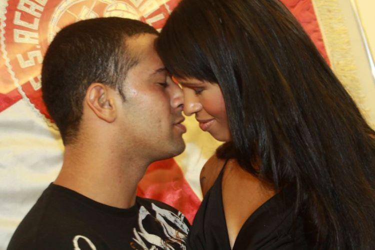 A ex-bbb Ariadna trocou beijos com Gabriel, seu (ex-)namorado durante ensaio do Salgueiro, na noite de sábado, no Rio de Janeiro (12/02/2011)