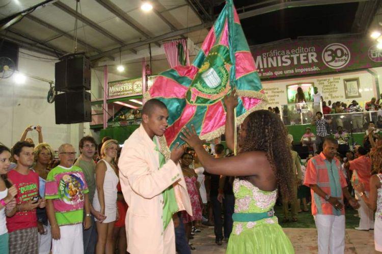 Casal de Mestre-Sala e Porta-Bandeira da Estação Primeira de Mangueira evolui na quadra da escola, na noite de sábado (12), durante ensaio da agremiação (12/02/2011)