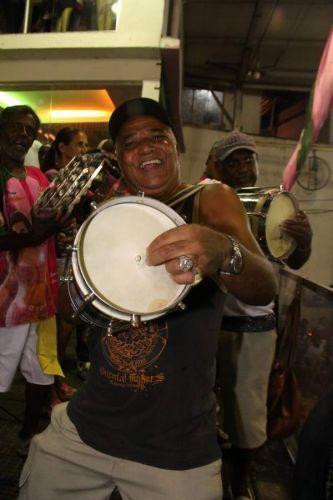 Ritmista da Mangueira toca cuíca em ensaio da agremiação na noite deste sábado, no Rio (12/02/2011)