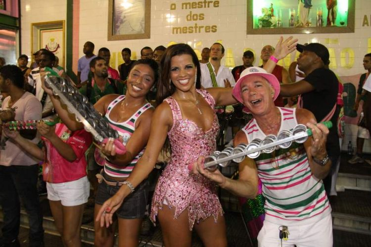 Renata Santos, Rainha de Bateria, faz pose junto aos ritmistas da 