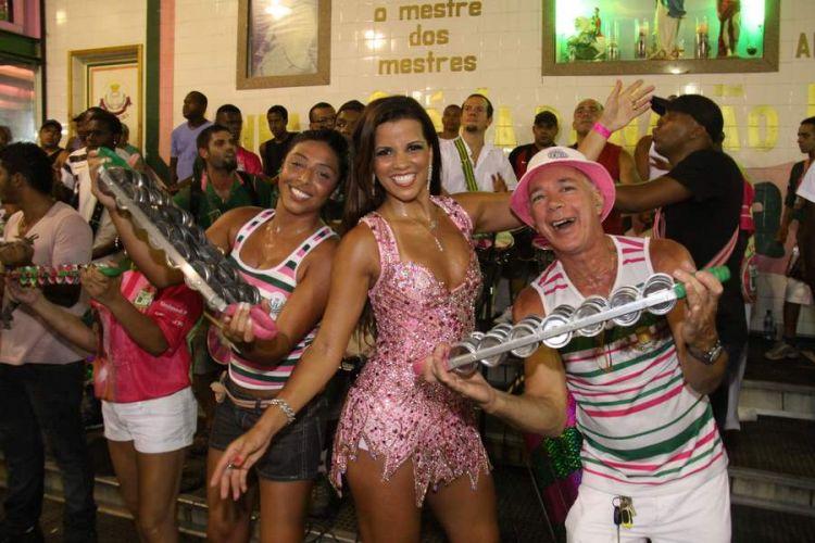 Renata Santos, Rainha de Bateria, faz pose junto aos ritmistas da