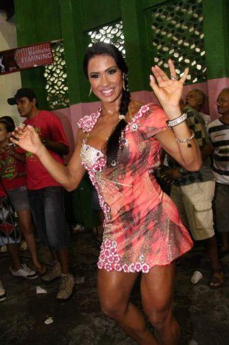 Gracyanne Barbosa samba em noite de ensaio na quadra da Mangueira, neste sábado, no Rio de Janeiro (12/02/2011)