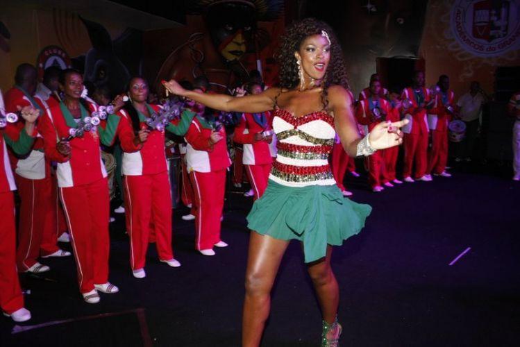 Cris Vianna samba em frente aos ritmistas da Grande Rio, na noite de sábado, no Rio de Janeiro (12/02/2011)