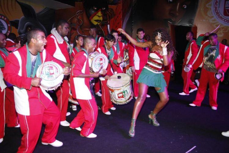 Cris Vianna samba junto aos integrantes da Grande Rio, na noite de sábado (12), durante ensaio da escola no Clube Monte Líbano (12/02/2011)