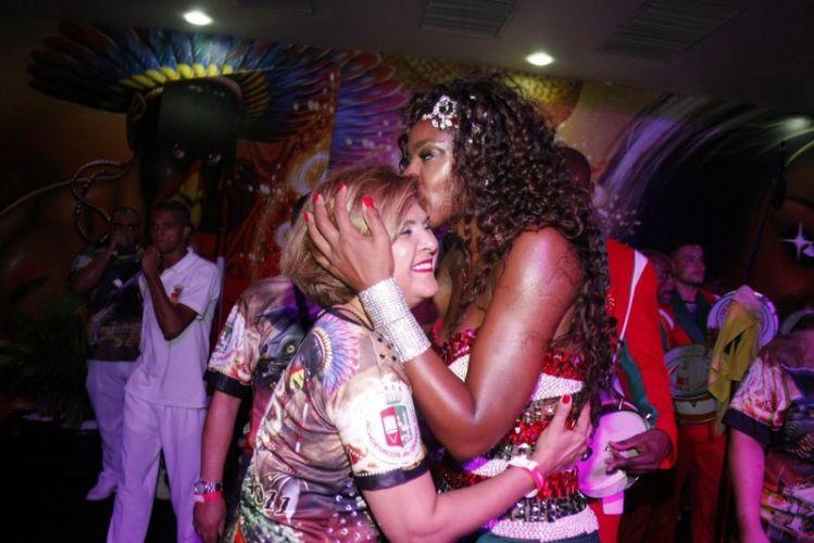Elisângela ganha beijo da Rainha de Bateria, Cris Vianna, na noite de sábado (12), durante ensaio da Grande Rio no Clube Monte Líbano, no Rio de Janeiro (12/02/2011)