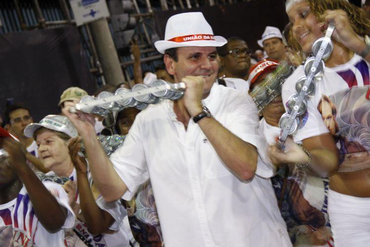 O prefeito do Rio de Janeiro Eduardo Paes participa de ensaio técnico da escola de samba União da Ilha na Sapucaí, no Rio de Janeiro (13/2/2011)