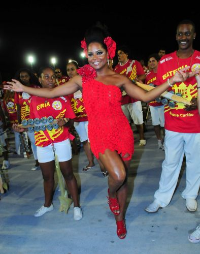 A danarina Adriana Bombom participa de ensaio tcnico da escola de samba Tom Maior, no Anhembi, em So Paulo (13/2/2011). Bombom  rainha de bateria da escola em 2011