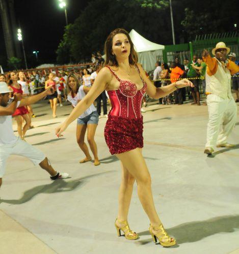Luiza Ambiel participa de ensaio técnico da escola de samba Tom Maior no Anhembi, em São Paulo (13/2/2011)