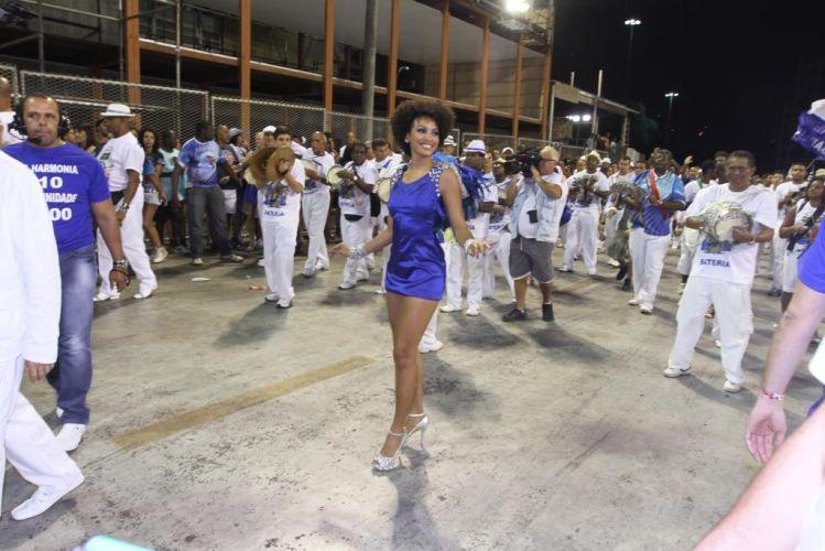 Rainha de bateria da Portela, a atriz Sheron Menezes, desfila com um vestido azul e pequenas asas nas costas durante o ensaio técnico da escola, na noite de sábado, no sambódromo carioca (19/02/2011)