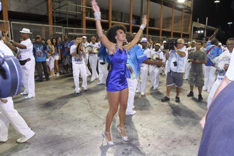 Sheron Menezes, rainha de bateria da Portela, cumprimenta público durante ensaio técnico da escola na noite de sábado, no Rio (19/02/2011)