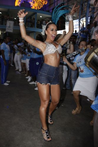 A rainha de Bbteria da Vila Isabel, Sabrina Sato, samba junto aos ritmistas da escola, na noite de sbado, em ensaio na quadra da agremiao no Rio de Janeiro (19/02/2011)