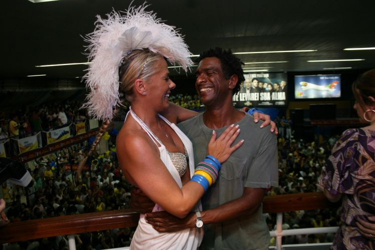 Adriane Galisteu, apresentadora e Rainha de Bateria da Unidos da Tijuca, conversa com o humorista Hélio de La Peña durante ensaio da agremiação na quadra da escola, neste sábado, no Rio (19/02/2011)