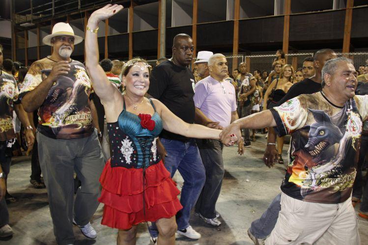 Susana Vieira participa de ensaio técnico da Grande Rio na Sapucaí (19/2/2011). Na foto, Vieira chega com o presidente de honra da agremiação Jayder Soares