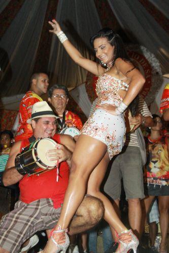 Shayene Cesário, Rainha de Bateria, samba em ensaio da Estácio de Sá, na noite de sexta-feira (04), na quadra da escola, no Rio (04/02/2011)