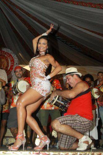 A Rainha de Bateria da Estácio de Sá, Shayene Cesário, samba em ensaio na quadra da escola, na noite de sexta-feira (04), no Rio de Janeiro.A escola desfila o enredo