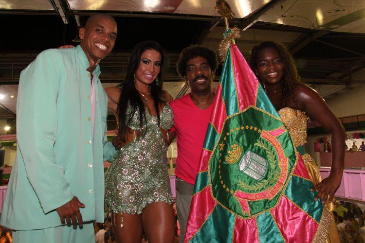 Gracyanne Barbosa (ao centro) e Ivo Meirelles (ao centro, à dir.), Presidente da Mangueira, posam com um dos casais de Mestre-Sala e Porta-Bandeira da agremiação, neste sábado, durante ensaio na quadra da escola, no Rio (05/02/2011)