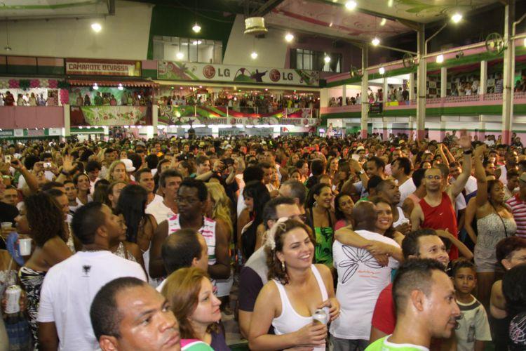 Comunidade e foliões abarrotam a quadra da Mangueira durante ensaio da escola na noite deste sábado, no Rio (05/02/2011)