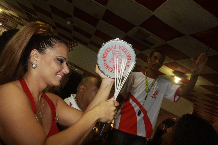 A Rainha de Bateria Viviane Araújo toca tamborim durante ensaio do Salgueiro, neste sábado, na quadra da escola no Rio de Janeiro (05/02/2011)