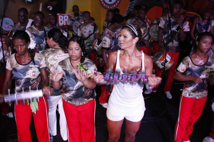Mirella Santos toca chocalho com os ritmistas da bateria da Grande Rio, na noite de sbado, no clube Monte Lbano, no Rio de Janeiro. Recm-separada do cantor Latino, a modelo batucou e sambou durante o ensaio (05/02/2011)