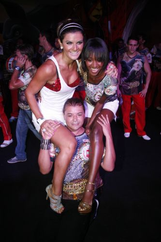 Mirella Santos e a Globeleza Aline Prado fazem brincadeira com o promoter David Brazil em ensaio da Grande Rio, na noite de sábado (05/02/2011)