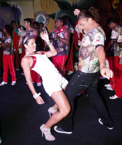 David Brazil e Mirella Santos dançam durante ensaio da Grande Rio no clube Monte Líbano, no Rio de Janeiro (05/02/2011)