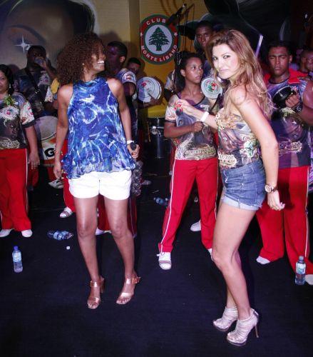 As atrizes Isabel Fillardis e Antônia Fontenelle sambam no ensaio da Grande Rio, neste sábado, no clube Monte Líbano (05/02/2011)