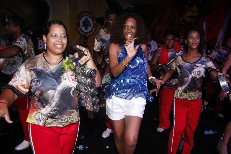 Isabel Fillardis samba junto aos ritmistas da bateria da Grande Rio, neste sábado, durante ensaio da agremiação (05/02/2011)