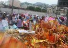 Trabalhadores e foliões descansam após os desfiles, no Rio
