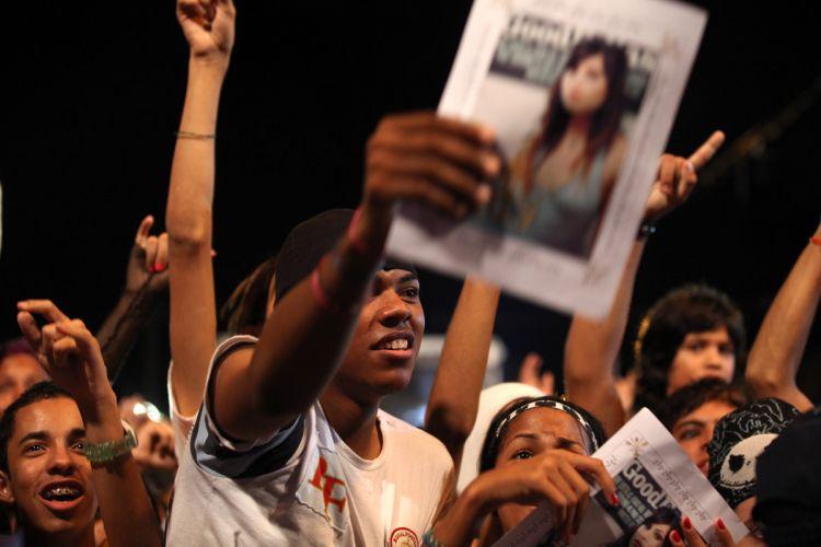Integrantes do fã clube da cantora Pitty acompanham felizes show da cantora em Recife (06/03/2011)