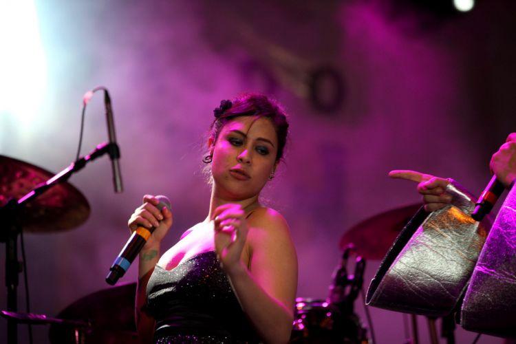 Pitty canta em show no pólo de casa amarela, em Recife (06/03/2011)