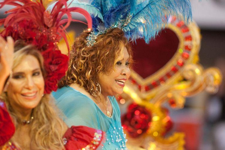 As cantoras Rosemary (e) e Alcione (d) desfilam samba em homenagem a Roberto Carlos com a Beija-Flor (07/03/2011)
