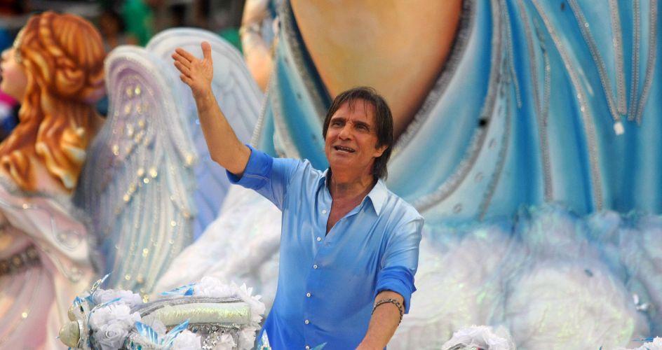 Sobre carro alegórico, o cantor Roberto Carlos desfila com a Beija-Flor o samba