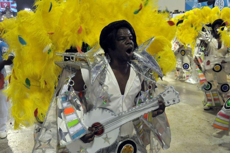 Integrante da escola desfila caracterizado como Elvis Presley (07/03/2011)
