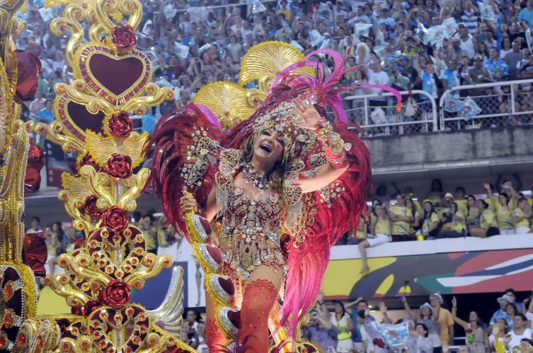 Integrante da escola desfila o samba-enredo