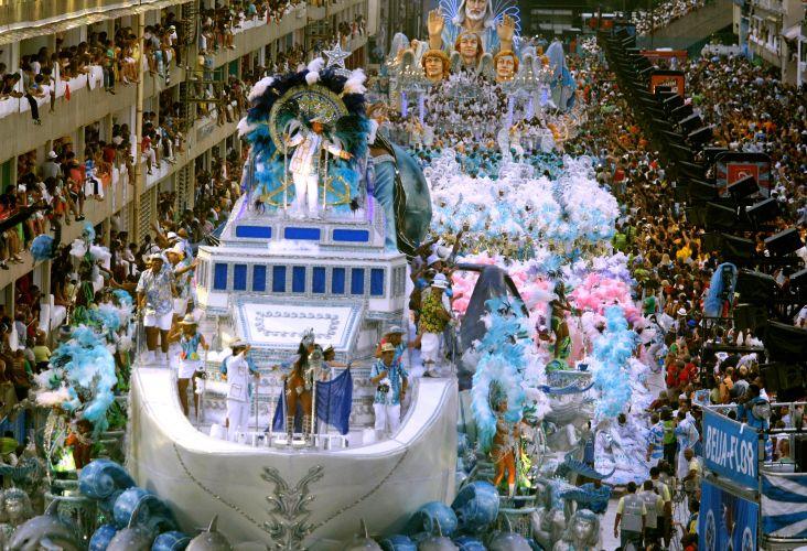 Tom Cavalcante desfila caracterizado como Roberto Carlos, representando o artista durante seus shows em cruzeiros pelo Brasil (07/03/2011)