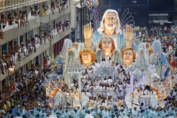 Carro alegórico com crianças simbolizando anjos. A Beija-Flor apresentou o samba-enredo