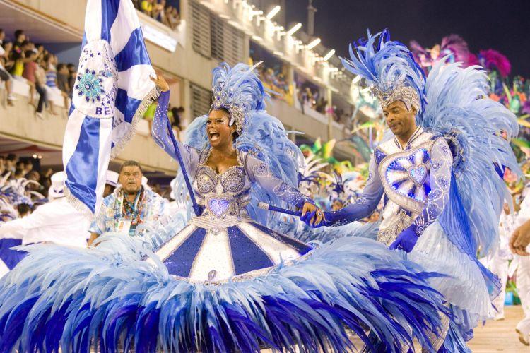 Casal de mestre-sala e porta-bandeira da Beija-Flor. Escola, que apresentou o samba-enredo