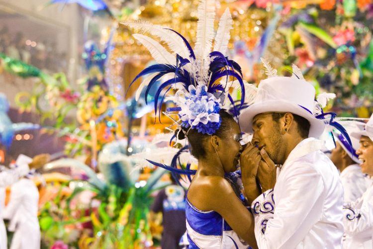 Integrantes da Beija-Flor desfilam pela Sapucaí (07/03/2011)