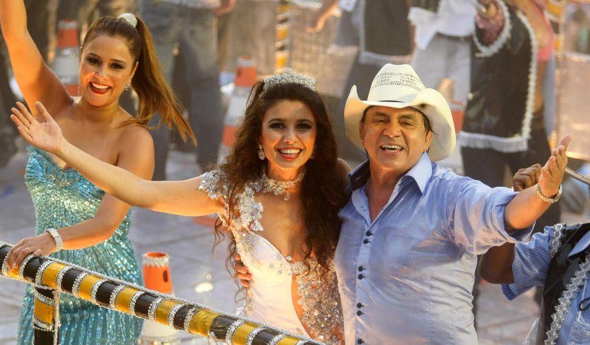 A cantora Paula Fernandes desfila em carro alegórico ao lado de Chitãozinho. A Beija-Flor teve uma ala homenageando os cantores sertanejos (07/03/2011)